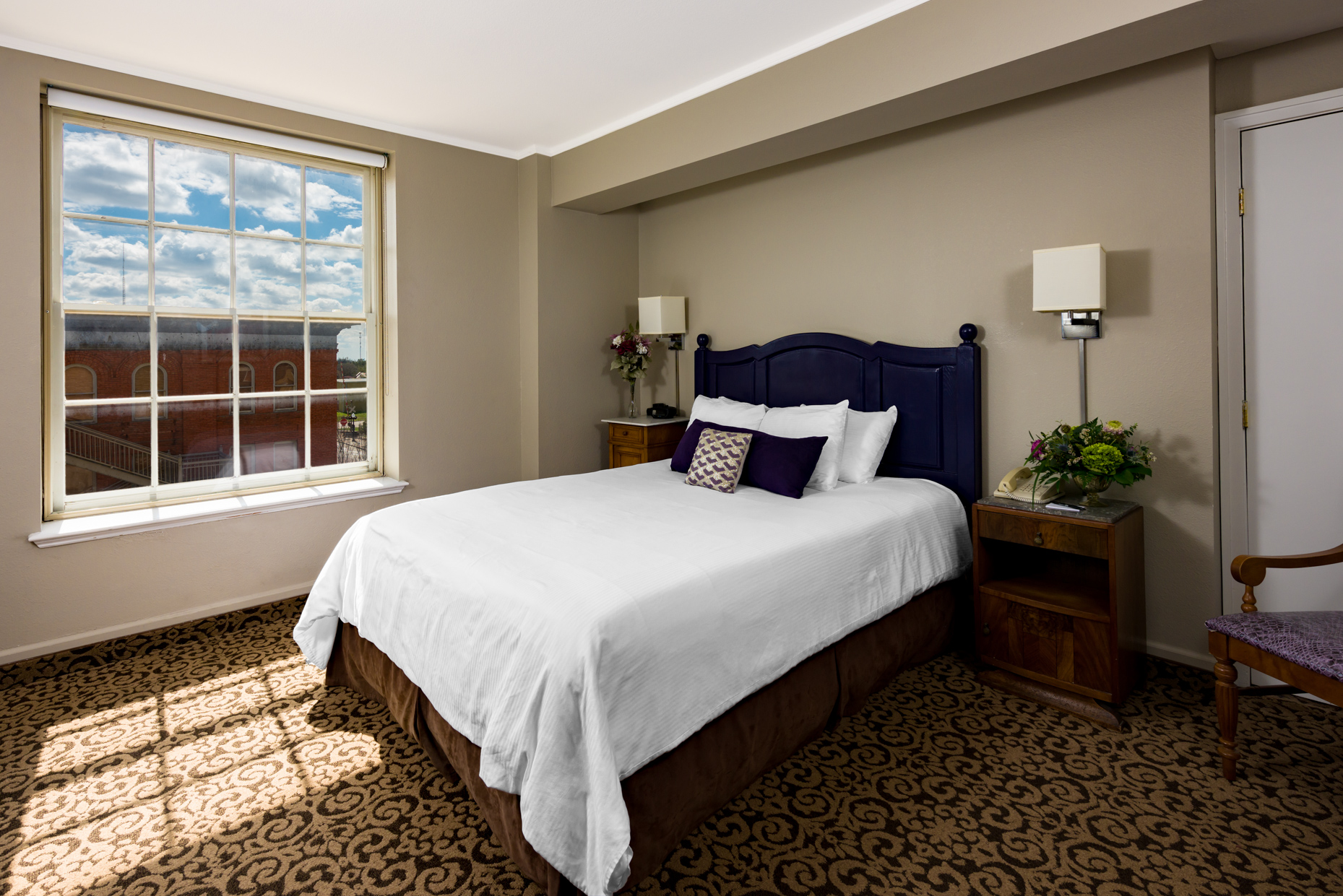 Austin-Interior-Photographers-Commercial-Lasalle-Hotel-Queen-Bed-Room-Window